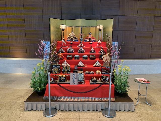 シェラトン都ホテル東京のロビーに設置された雛人形