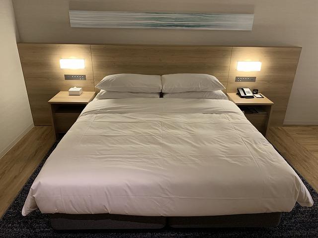 富士マリオットホテル山中湖 スーペリアキングルーム ベッドの様子