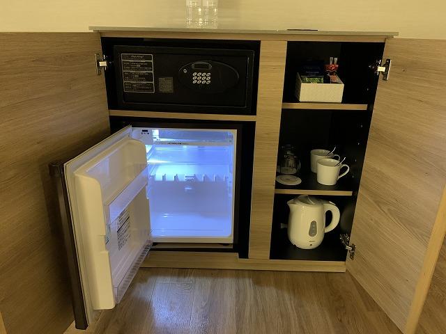 富士マリオットホテル山中湖 スーペリアキングルーム 冷蔵庫・金庫・備品の様子
